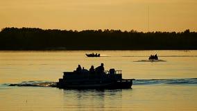 Silhouette des personnes appréciant le canotage sur un lac calme dans Bemidji, Minnesota banque de vidéos