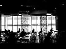 Silhouette des personnes dans la grande chambre Images stock