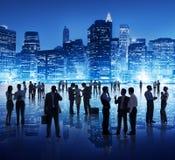 Silhouette des personnes lors de la réunion d'affaires globale Image stock