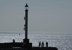 Silhouette des personnes sur la tête de pilier Photos stock