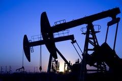 Silhouette des plots de pompe de pétrole Photo stock
