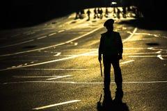Silhouette des policiers de route réglant l'embouteillage au centre de la ville Images libres de droits