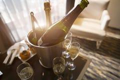 Silhouette des verres de vin dans la fenêtre avant à l'intérieur d'un château sur la table Photos libres de droits