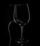 Silhouette des verres de vin sur le fond noir Image libre de droits