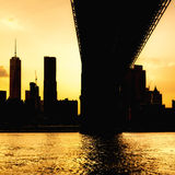 Silhouette of the downtown Manhattan skyline and the Manhattan Bridge at sunset Royalty Free Stock Photos