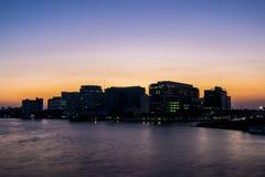 Silhouette du bâtiment chez Chao Phraya River dans le coucher du soleil thailand image stock