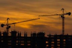 Silhouette du bâtiment et de la grue Photo stock