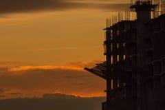 Silhouette du bâtiment et de la grue Images libres de droits