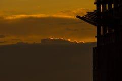 Silhouette du bâtiment et de la grue Images stock