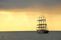 Silhouette du bateau grand au coucher du soleil Photographie stock libre de droits