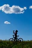 Silhouette du boire de cycliste de montagne. Images libres de droits
