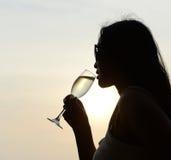 Silhouette du boire de femme photos stock