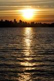 Silhouette du centre de Vancouver au coucher du soleil Images libres de droits
