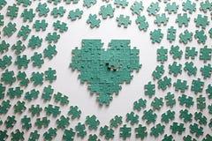 Silhouette du coeur, faite avec des morceaux de puzzle Image stock