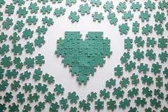 Silhouette du coeur, faite avec des morceaux de puzzle Photographie stock