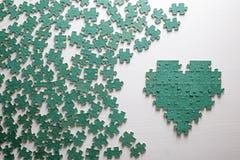 Silhouette du coeur, faite avec des morceaux de puzzle Images libres de droits