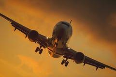 Silhouette du grand avion sur un fond de coucher du soleil Images libres de droits
