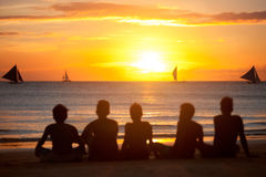 Silhouette du groupe d'amis dans le coucher du soleil Photos libres de droits