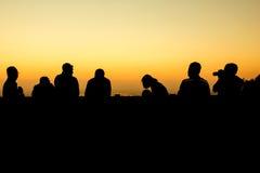 silhouette du groupe de position d'amis Images stock