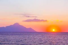 Silhouette du mont Athos au lever de soleil ou au coucher du soleil avec les rayons légers et le panorama de mer Image stock