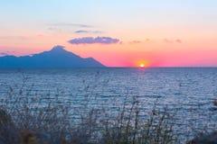 Silhouette du mont Athos au lever de soleil ou au coucher du soleil avec les rayons légers et le panorama de mer Photos libres de droits