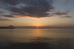 Silhouette du mont Athos au lever de soleil ou au coucher du soleil avec les rayons légers et au panorama de mer en Grèce photo libre de droits
