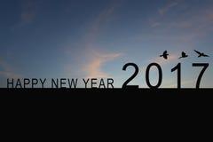 Silhouette du numéro 2017 sur le toit et le coucher du soleil de maison dans le twilig Images stock