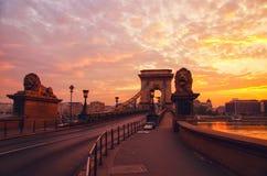 Silhouette du pont à chaînes sur le fond du lever de soleil en destination de voyage de Budapest Hongrie et point de repère de to photos libres de droits