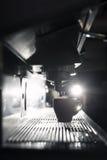 Silhouette du processus à café ; tasse d'expresso et imper de café Photos stock