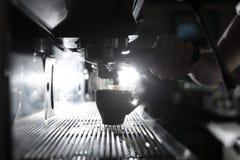 Silhouette du processus à café ; tasse d'expresso et imper de café Image libre de droits