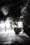 Silhouette du processus à café ; tasse d'expresso et imper de café Photographie stock