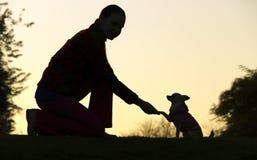 Silhouette du ` s de femme et de chien images libres de droits
