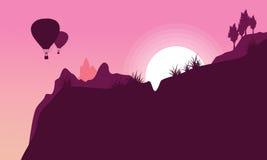 Silhouette du vol chaud de ballon à air au lever de soleil Images stock