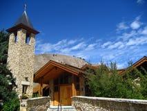 Silhouette en pierre et en bois d'église Image libre de droits