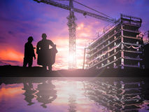 Silhouette engineer working  in a building site over Blurred con Stock Photography