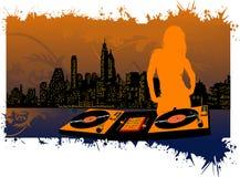Silhouette et plaque tournante de fille sur le fond de ville Image stock