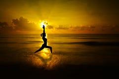 Silhouette extérieure de yoga de femme images libres de droits