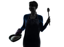 Silhouette för bakelse för kvinnamatlagningtårta Royaltyfri Foto