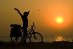 silhouette för cyklistflickaberg Arkivbild
