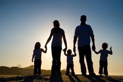 silhouette för familj fem Fotografering för Bildbyråer