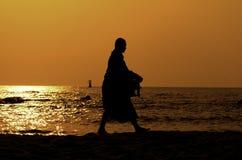 silhouette för strandhinhua monk Arkivbild