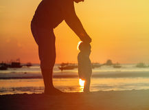 Silhouette of father and little daughter walk at sunset Royalty Free Stock Photography