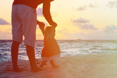 Silhouette of father and little daughter walking at sunset Royalty Free Stock Photos