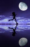 Silhouette femelle de coureur Images stock