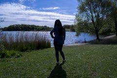 Silhouette femelle de solitude photographie stock