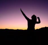 Silhouette femelle de victoire du football Image stock
