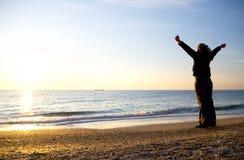 Silhouette femelle sur le littoral Photo libre de droits