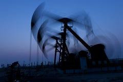 Silhouette fonctionnante de pompe à huile Images stock