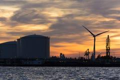 Silhouette gentille de quelques réservoirs de stockage de pétrole dans le port Photographie stock libre de droits