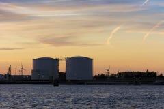 Silhouette gentille de quelques réservoirs de stockage de pétrole dans le port Photographie stock